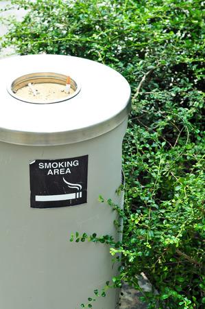 zona de fumadores witth pot �rbol arena ant photo