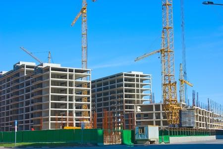 cantieri edili: Territorio di costruzione con gli scheletri di edifici