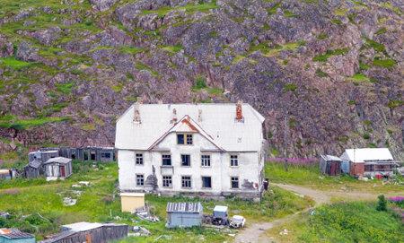 demografia: Abandonada casa de dos pisos. Alrededor de la estructura de madera. Laponia Editorial