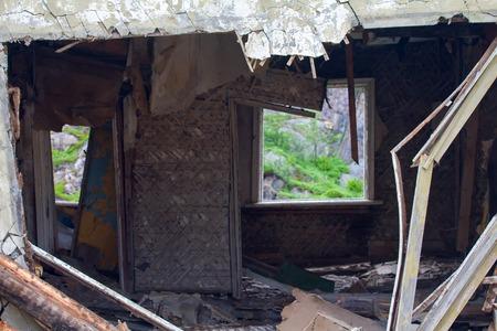 demografia: ruinas de la casa. En la ventana vac�a fragmentos visibles de la fauna. Foto de archivo