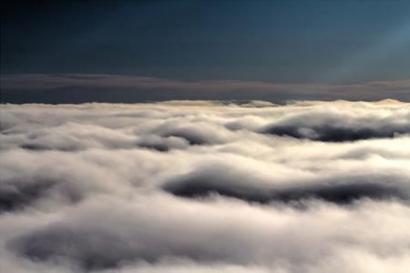 cielo: cielo con nubes a una altura en el aire