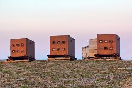 bombe atomique: bunkers en acier (casemates blindées) pour les essais de l'instrument, l'onde de choc, un rayonnement lumineux, rayonnements pendant la bombe explosion atomique. Site atomique sur l'archipel Zemble. Russie Banque d'images