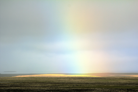 Regenbogen über kiesig Arktis Wüste. Nowaja Semlja Archipel. russische Arktis