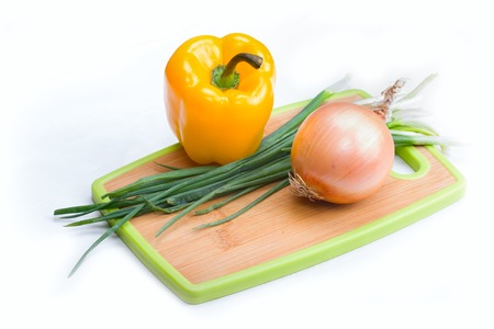 paprica: Fresh bulbs of onion and paprica on a white background