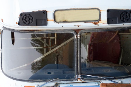 altmetall: Concept of end of road. Old bus, in the glass of which reflects the scrap metal and curve forest. Fragment of cars dump