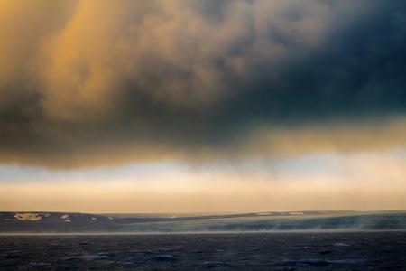 Hurrikan (Bora) im arktischen Kara-Meer auf Novaya Zemlya Archipel. Kalter Wind fließt vom Gletscher mit hoher Geschwindigkeit (58 Meter pro Sekunde) Standard-Bild