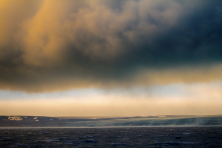 Orkaan (Bora) in de Arctische zee van Kara op de archipel Novaya Zemlya. Koude wind stroomt met grote snelheid van de gletsjer af (58 meter per seconde) Stockfoto