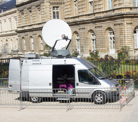 Paris, France - September 23, 2017: television van is broadcasting. 版權商用圖片 - 116110732