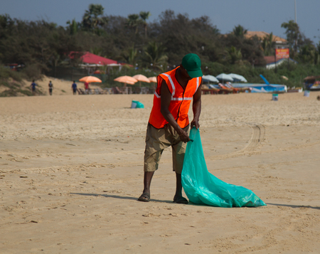 India, Goa - 2 April 2018: garbage collector on the beaches in the resort area. Publikacyjne