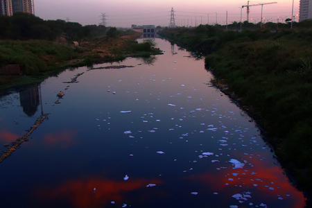 Foam from foaming agents ( foaming detergent, washing means) on the surface of the river in Delhi. India. Pollution of water bodies in industrial areas, surface-active substance 스톡 콘텐츠