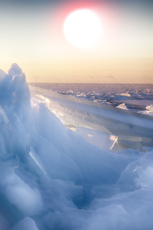 endless expanses of sea ice in Sunny weather in winter frost Imagens