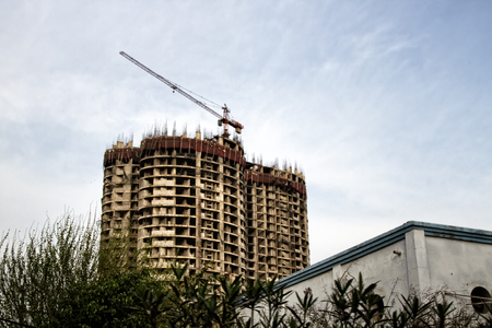 Erection of buildings. Rapid growth of residential and industrial construction in India. Indian construction of concrete buildings, multi-storey house 免版税图像