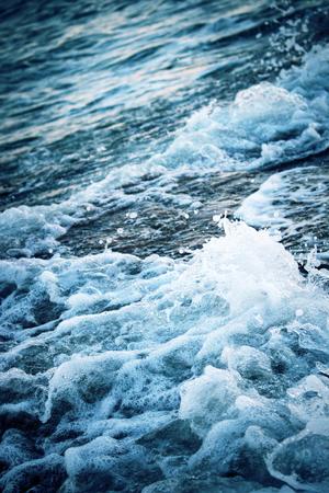 Vagues océaniques pendant la tempête. L'eau roule vers l'avant et bout à terre. Le mascaret s'est brisé dans une mer laide.