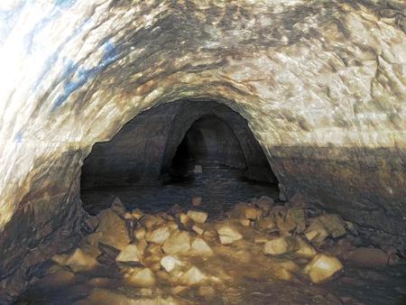 teilweise überflutete unterirdische Höhlen-Katakombe. unterirdisch durch Tunnel fahren Standard-Bild