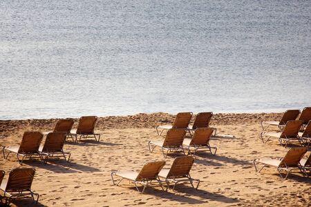 les plages de la côte méditerranéenne se vident en octobre. Fin de saison balnéaire. Chaises longues vides Banque d'images