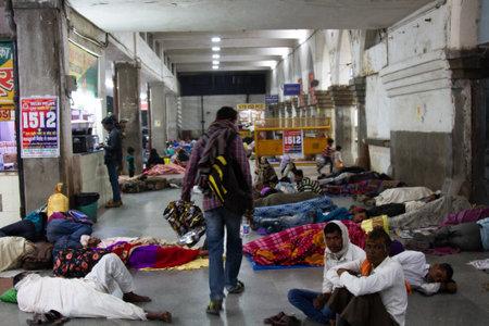 India, new Delhi - March 19, 2018: Railway passengers sleep right on the floor in the hall Stock fotó - 133914796