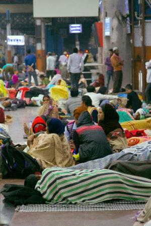 India, new Delhi - March 19, 2018: Railway passengers sleep right on the floor in the hall Stock fotó - 133914837