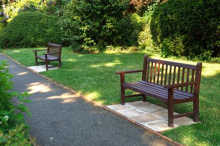 Stilvolle Bank im englischen Sommergartenpark.
