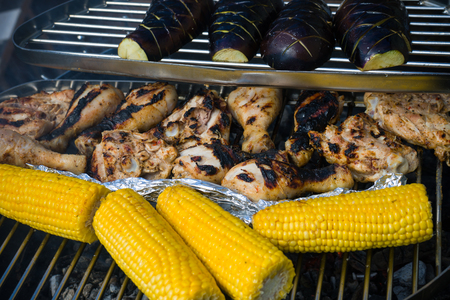 蔬菜鸡腿:甜玉米和茄子放在烤架上用火烤