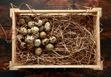 Quail eggs in wooden tray, basket with straw, nest. 스톡 콘텐츠 - 137851890