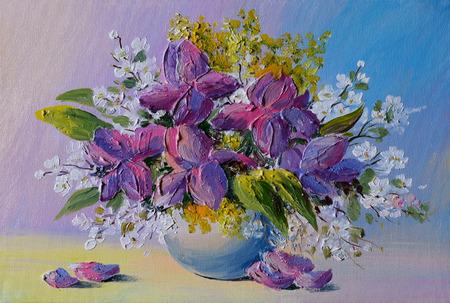 Peinture à l'huile - bouquet coloré de fleurs sur la table dans un vase sur un fond de mur bleu, dans le style de l'impressionnisme, violettes