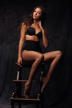 hot breast: Красивая соблазнительные молодой женщины в сексуальное белье, сидя на стуле