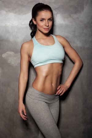 dieta sana: retrato de una mujer joven de la aptitud, con hermosos abdominales
