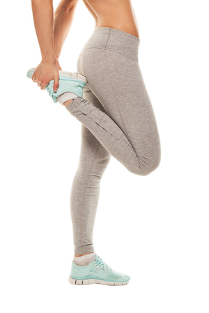 piernas mujer: Fitness mujer está estirando antes de correr. Fitness y estilo de vida concepto. Gimnasio de entrenamiento