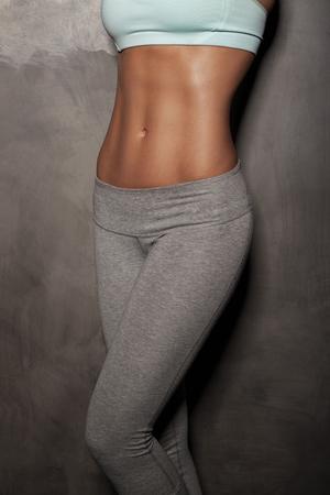 atletismo: Fitness mujer femenina con cuerpo musculoso, hacer sus ejercicios, abdominales, abdominales