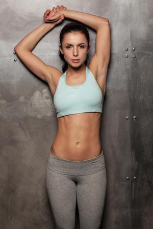 фитнес: Портрет молодой женщины фитнес, с красивым брюшной Фото со стока