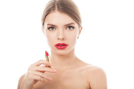 close-up portret van een mooie vrouw met schoonheid gezicht en schone huid met lippenstift in de hand Stockfoto