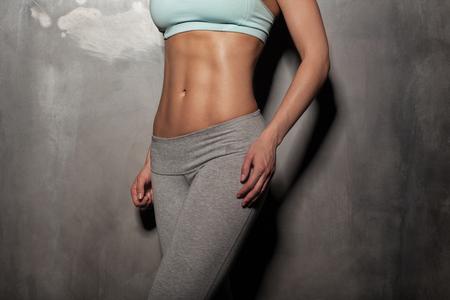 fitnes: Fitness vrouwelijke vrouw met een gespierd lichaam, doe haar training, abs, buikspieren Stockfoto