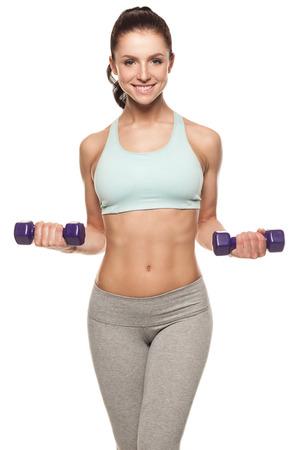 Mujer deportiva hacer su entrenamiento con pesas, aislado en fondo blanco