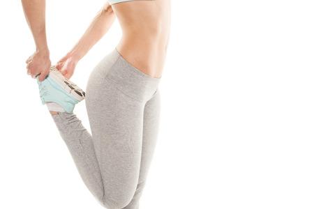 Fitness mujer está estirando antes de correr. Fitness y estilo de vida concepto. Gimnasio de entrenamiento