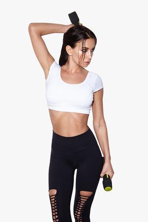 Donna sportiva fare il suo allenamento con manubri, isolato su sfondo bianco Archivio Fotografico - 95118874