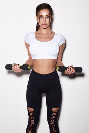 Donna sportiva fare il suo allenamento con manubri, isolato su sfondo bianco Archivio Fotografico - 95095628