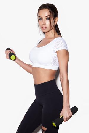 Donna sportiva fare il suo allenamento con manubri, isolato su sfondo bianco Archivio Fotografico - 95095629
