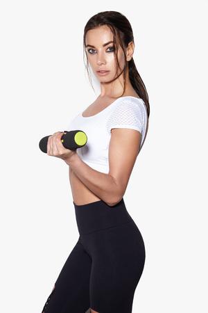 Donna sportiva fare il suo allenamento con manubri, isolato su sfondo bianco Archivio Fotografico - 95118876