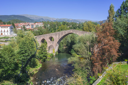 sant joan de les abadesses: Medieval stone bridge, Sant Joan de les Abadesses, Girona, Spain