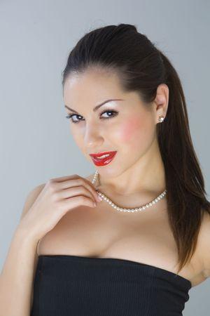 Aantrekkelijk meisje met halsketting geïsoleerd in de studio Stockfoto