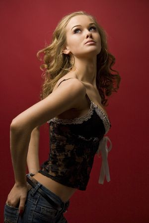 Beautiful girl posing in studio geïsoleerd op rode achtergrond Stockfoto