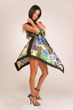 Sensueel meisje in de mode jurk, studio geïsoleerd