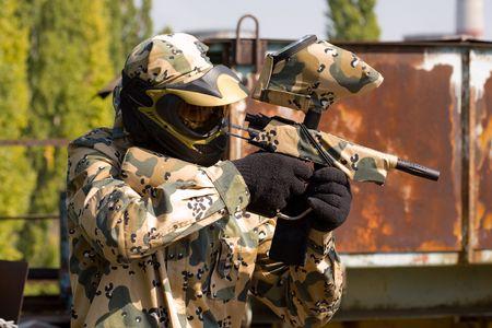 Paintball speler buiten in camouflage