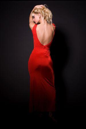 Mooi meisje in rode jurk over op zwarte achtergrond Stockfoto