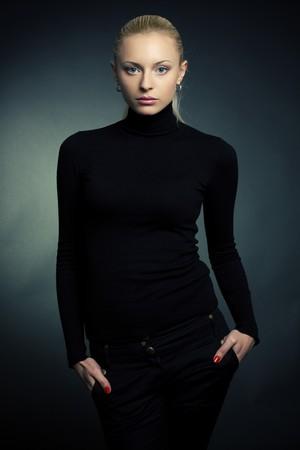 Blond meisje in de zwarte trui, studio shot