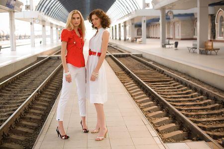 Stijlvol meisjes buitenshuis op station Stockfoto