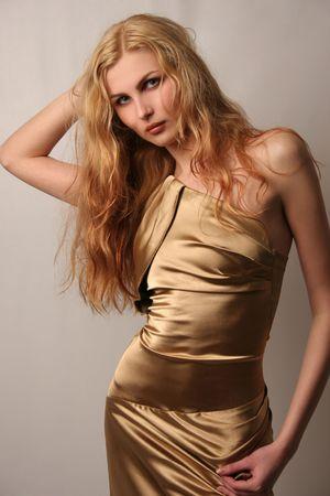 Sexy blanke meisje in goud jurk, geïsoleerde shot