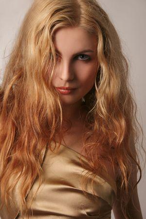 Jonge Kaukasisch meisje in goud mode jurk, geïsoleerde shot Stockfoto