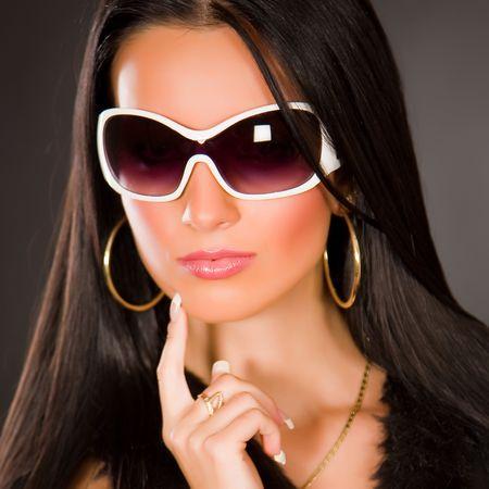 Girl with stijlvolle glazen, doodgeschoten studio