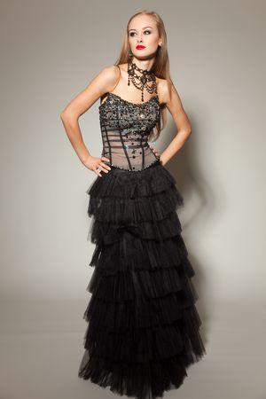 Jonge meisje in zwart jurk dichten doodgeschoten studio Stockfoto